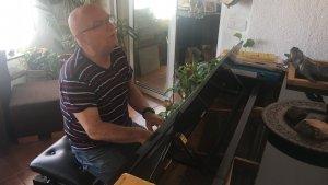Josep M. Amorós 'Xolis', tocant el piano a casa seva.
