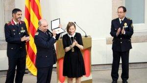 Josep Muñoz, cap de la Policia Local de Cambrils, rebent un distintiu de la Generalitat per l'actuació del cos durant els atemptats.
