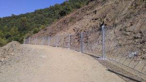 La barrera col·locada al costat del camí perimetral del pantà de Siurana.