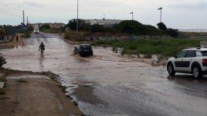 La carretera de Sant Salvador a Calafell, totalment inundada