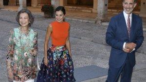 La familia real recibe a los 450 invitados a la cena en el Palacio de La Almudaina, en Palma.