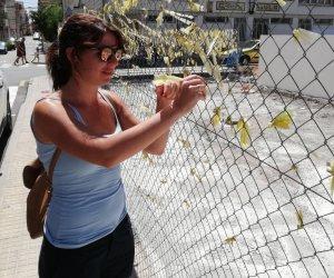 La líder cordovesa de Cs, Purificación Joyera, retirant llaços grocs a Catalunya