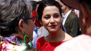 La líder de Cs, Inés Arrimadas, parlant amb simpatitzants del partit, a la Fira d'Abril de Catalunya aquest dissabte.