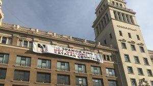 La pancarta que llueix a plaça Catalunya en contra del rei Felip VI