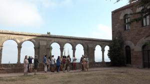 La visita teatralitzada «De la Xina a Escornalbou» es realitza tots els dissabtes d'estiu