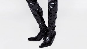 Las botas 'cowboy' XXL de charol negro de Zara