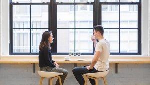 Las mejores preguntas para romper el hielo en una cita o entrevista.