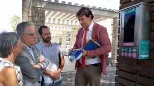 L'empresa instal·ladora va fer una demostració del desfibril·lador davant dels responsables municipals.