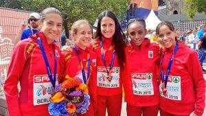 L'equip femení de marató, amb Marta Galimany inclosa, amb la medalla de bronze guanyada