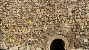 Llaços grocs a la muralla de Tarragona