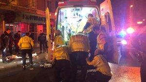 Los miembros del Samur atendiendo en la ambulancia a uno de los heridos