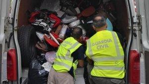 Maleter d'una furgoneta amb la roba confiscada per la Guàrdia Civil