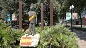 Pinten banderes espanyoles a l'estàtua de Lluís Companys a Tarragona.