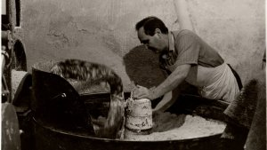 Salvador Banús, pare de Joan Banús, treballant en el forn.