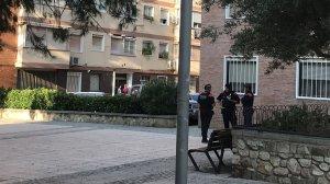 Tres agents dels Mossos d'Esquadra esperant als afores de l'edifici on vivia el presumpte terrorista