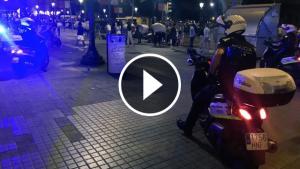 Tres motoristes de la Guàrdia Urbana movent els manters a la zona de plaça de Catalunya.