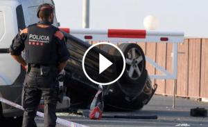 Un agent de l'ARRO dels Mossos davant del cotxe dels terroristes de Cambrils.