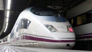 Un AVE que marxa cap a Madrid des de l'estació de Sants de Barcelona