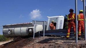 Un camió bolca a Sagunt i aboca oli d'oliva en l'A-23