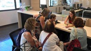 Un grup de visitants és atès a l'Oficina de Turisme de Montblanc.