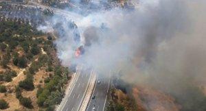 Un incendio forestal en Torremolinos (Málaga) provoca el corte de la autovía