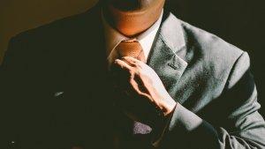 Una guía fácil para hacer un nudo de corbata correctamente.