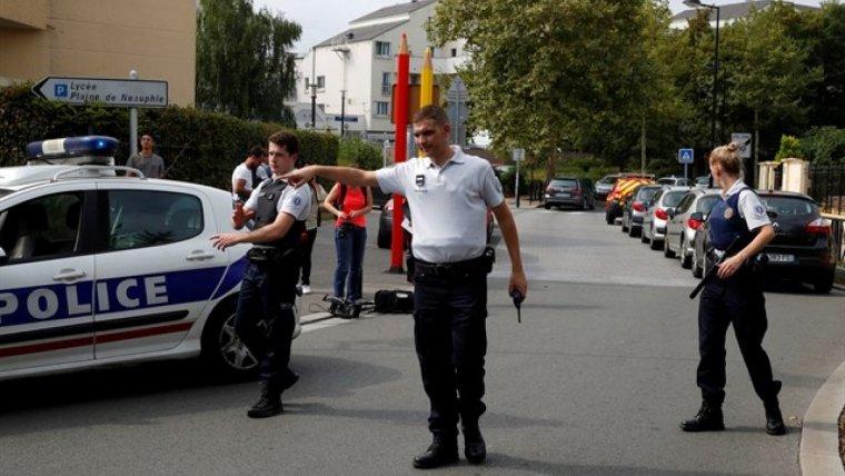 Diversos agents de la policia francesa en el lloc de l'apunyalament