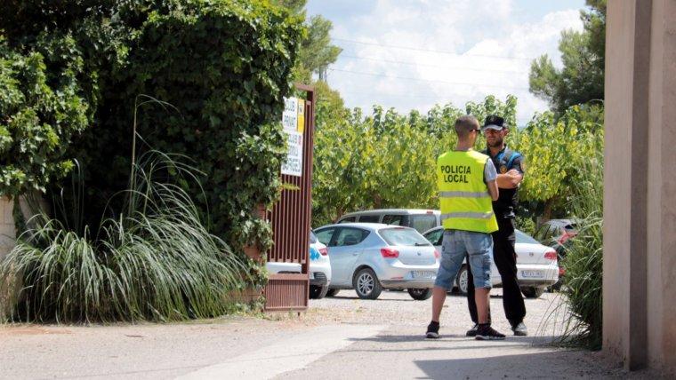 Dos agents de la Policia Local de les Borges Blanques, conversant