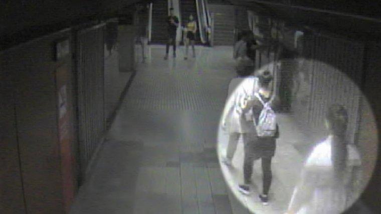 Imatge de les càmeres de seguretat del metro on es veu l'actuació de les carteristes