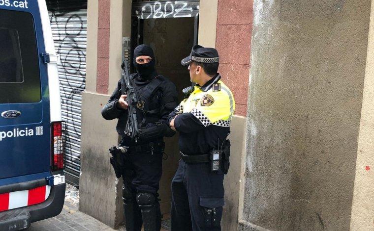 Operació conjunta entre la Guàrdia Urbana i els Mossos contra els narcopisos del Raval