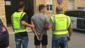 Agentes de la Guardia Civil con el detenido