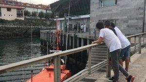 Agentes de Policía y Salvamento Marítimo en el puerto de Llanes, Asturias