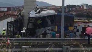 Al menos 3 fallecidos en un grave accidente de autobús en Avilés, Asturias