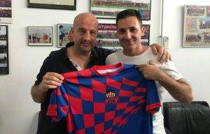 El president i l'entrenador del Santpedor mostren la nova samarreta