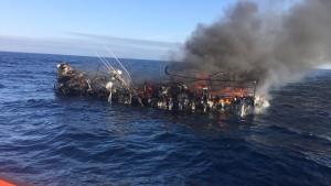 Imagen del barco pesquero consumido por las llamas, a 30 millas de la costa de Lugo.