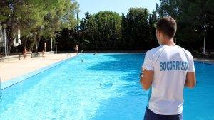 Imatge d'arxiu d'un socorrista en una piscina