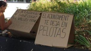 Imatge de la dona realitzant la protesta a Sant Cugal de Vallès