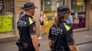 Imatge de la Guàrdia Urbana patrullant pels carres de Barcelona