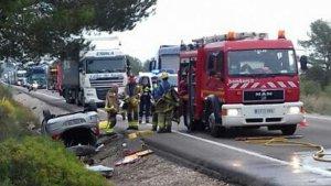 Imatge de l'accident a l'N-340 a Alcanar, on els Bombers han excarcerat el conductor.