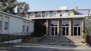 Imatge de l'exterior de l'alberg de Coma-ruga, de la Generalitat de Catalunya.