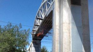 Imatge de l'incendi a la passarel·la de sobre les vies a l'Ampolla.