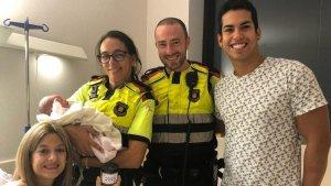 Imatge del Felip i la Cristina, amb la seva filla i els dos agents que els han ajudat