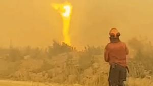 Imatge del moment desesperant dels bombers davant del tornado de foc