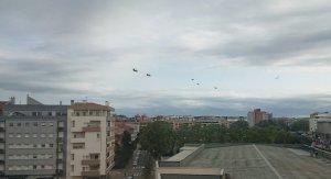Imatge dels 5 helicòpters sobrevolant Girona