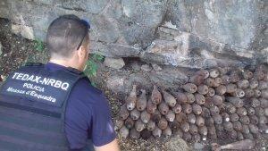 Imatge d'un dels agents inspeccionant els artefactes explosius