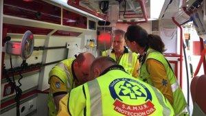 Intoxicados leves tres adultos y un niño de dos años en un incendio en Puente de Vallecas