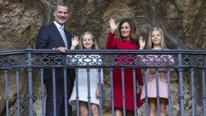 La familia real saluda desde la Cueva de Covadonga a la prensa y a los habitantes de Cangas de Onís que han ido a verlos.