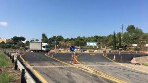 La rotonda encara es troba en obres, però els vehicles ja hi poden passar.