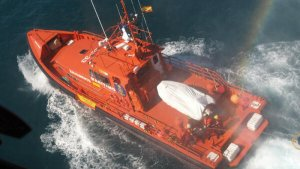 L'embarcació Salvamar Archenar ha localitzat la petita en bon estat, a uns metres del flotador.
