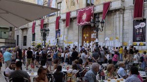 L'«empaperada popular», a la plaça de la Font